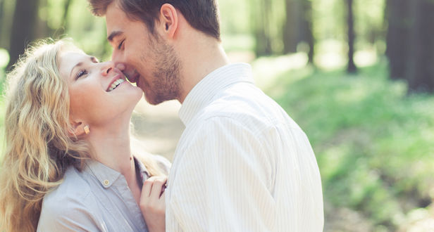 Фото Мужчина целует девушку в лесу, фотограф Андрей Алешин