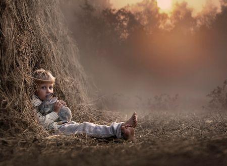 Фото Мальчик с кроликом сидит в стоге сена, фотограф Елена Шумилова