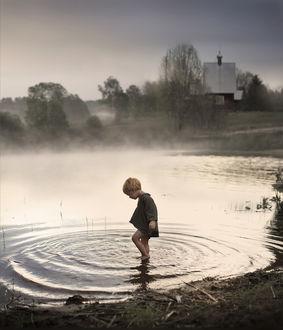 Фото Мальчик пробует воду в небольшой речке, фотограф Елена Шумилова