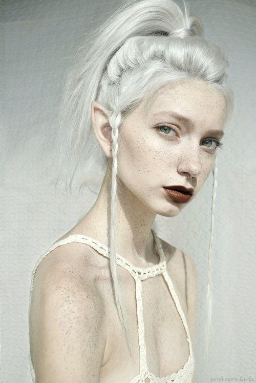 Девушка с белой кожей могу