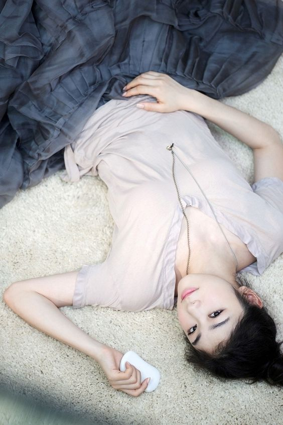 Фото Фигуристка, олимпийская чемпионка, Ким Ён А / Ким Ю На / Kim Yuna лежит на ковре