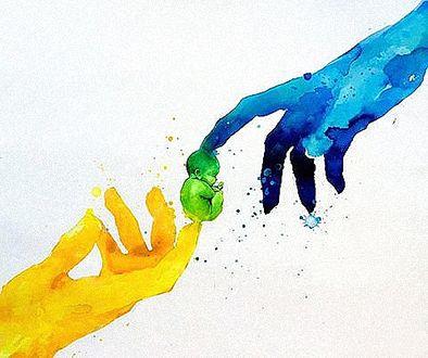 Фото Между указательными пальцами мужской и женской руки находится маленький младенец, grunge Art by Lora Zombie