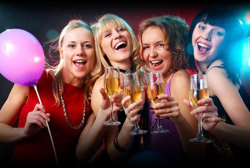 Фото Четыре девушки пьют шампанское вечеринке