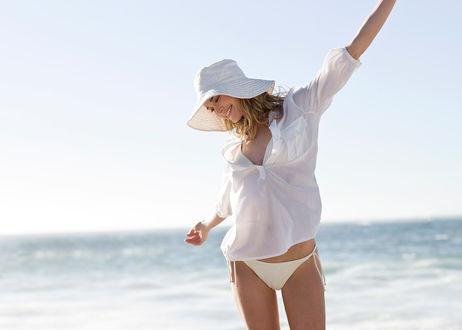 Фото Девушка в белой одежде у моря