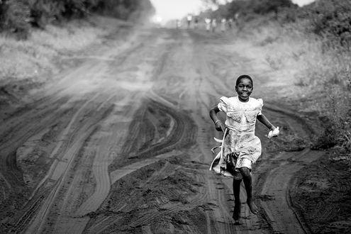 Фото Девочка бежит по дороге