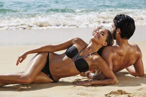 Фото Девушка с парнем на пляже