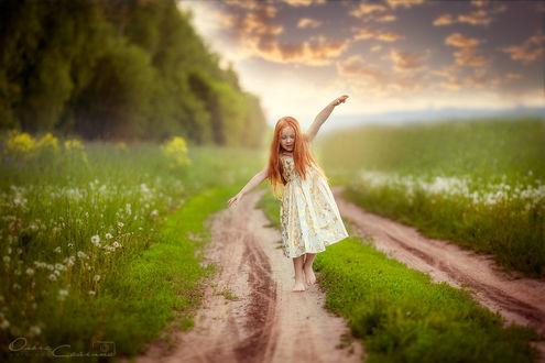 Фото Девочка идет по дорожке через поле, фотограф Сайгина Ольга