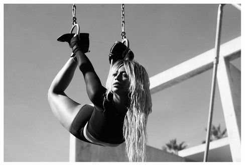 Фото Американская певица Beyonce Knowles / Бейонсе Ноулз повисла на кольцах, выполняя акробатический трюк