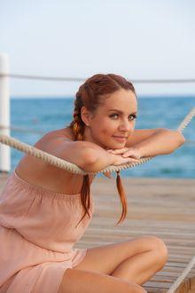 Фото Российская певица Maksim / Максим сидит на пирсе, рядом с морем