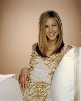 Фото Улыбающаяся актриса Jennifer Aniston / Дженнифер Анистон в белом платье