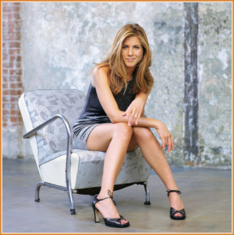 Фото Актриса Jennifer Aniston / Дженнифер Анистон сидит в кресле