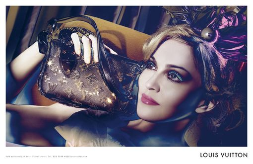 Фото Американская певица Madonna / Мадонна с сумочкой, фотосессия для Louis Vuitton / Луи Виттона (sold exclusively in Louis Vuitton stores)