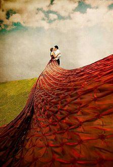 Фото Влюбленные стоят на фоне облачного неба, by Lidia Camacho