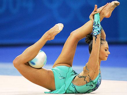 Фото Гимнастка Алина Кабаева во время выступления с мячом