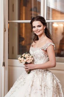Фото Актриса Елизавета Боярская в свадебном платье с букетом