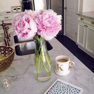Фото Пионы в вазе, чашка кофе с молоком стоят на столе