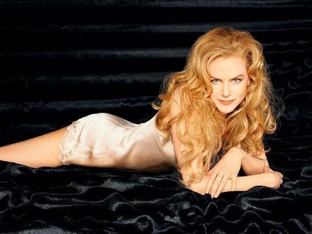 Фото Николь Мэри Кидман / Nicole Mary Kidman - австралийская и американская актриса, певица, в кремовом пеньюаре лежит на черном шелке