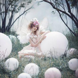 Фото Девушка - фея сидит в окружении белых шаров, фотограф Маргарита Карева