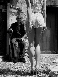 Фото Старик смотрит на молодую девушку, фотограф Michel Perez / Мишель Перес