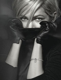 Фото Michelle Williams / Мишель Уильямс в кожаных перчатках держит руки у лица, для Louis Vuitton jewelry
