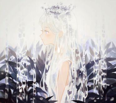 Фото Белокурая девушка с короной из воды стоит под струями среди зарослей, by tofuvi