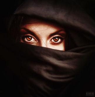 Фото Девушка с карими глазами, в темной материи, открывающей только глаза, фотограф Светлана Беляева