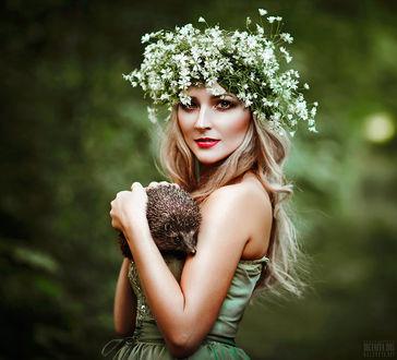 Фото Шатенка с венком их белых цветов на голове держит ежика, фотограф Светлана Беляева