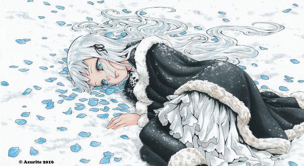 Фото Плачущая девушка с белыми длинными волосами лежит на снегу среди голубых лепестков, by Azurite-Dream