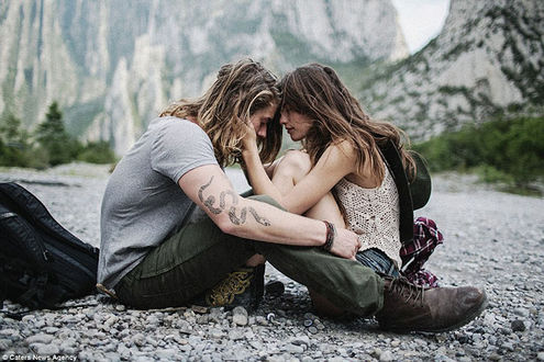 Фото Парень с девушкой сидят друг напротив друга на дороге