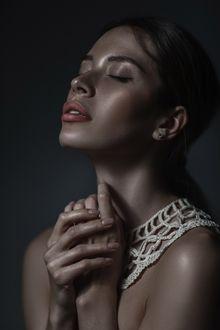 Фото Девушка держит руки у шеи, фотограф Илья Ратман