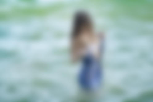 Фото Девушка в джинсовом платье стоит в воде, фотограф Lelyak. ru