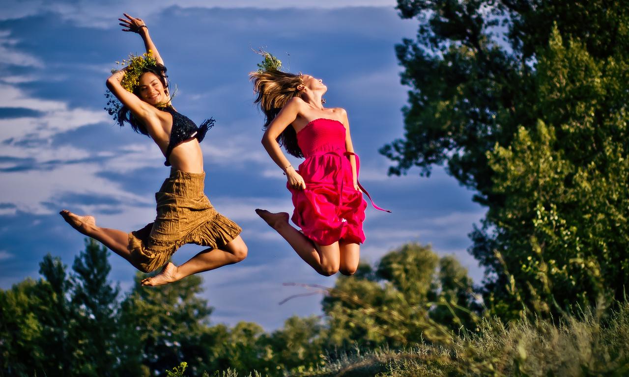 Фото Танцующие на природе девушки, на фоне деревьев и неба