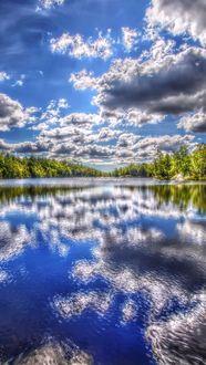 Фото Отражающие в речке облака на фоне леса