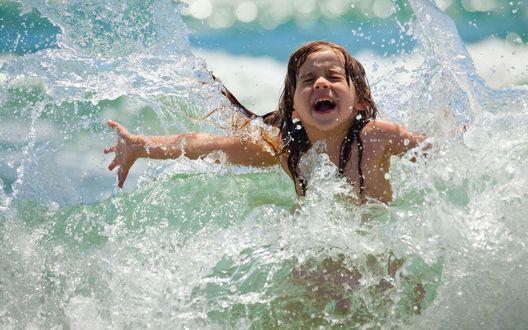 Фото Солнце, воздух и вода - наши лучшие друзья! Счастливая девочка плещется в морских волнах
