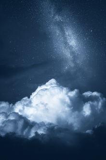 Фото Большое облако в форме горы, на фоне ночного неба, по которому тянется млечный путь, by Joni Niemelä