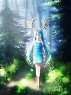 Фото Vocaloid Hatsune Miku / Вокалоид Хацунэ Мику в голубом платьице, с оленьими рогами на голове, идет по тропинке в лесу, вокруг нее порхают светящиеся белые бабочки