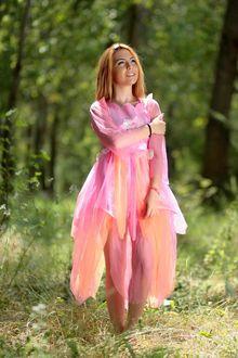 Фото Лесная фея в розовом платье на полянке летнего леса