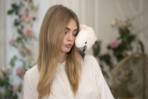 Фото Британская топ-модель и актриса Cara Delevingne / Кара Делевинь рядом с белым попугаем
