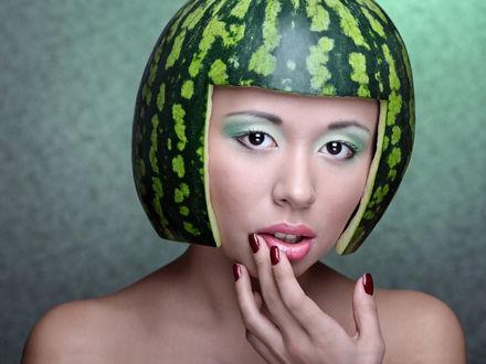 Фото Девушка в импровизированном шлеме из арбузной кожуры