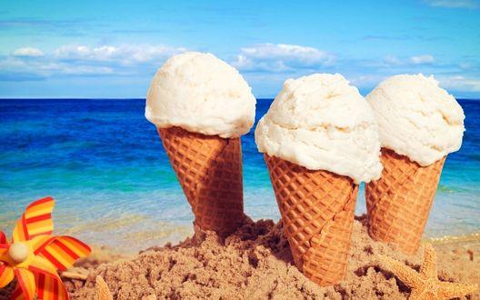 Фото Небо, море, пляж, на переднем плане три рожка мороженого, игрушечная морская звезда