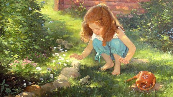 Фото Рыжая девочка ловит лягушку в саду возле дома