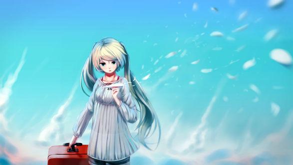 Фото Vocaloid Hatsune Miku / Вокалоид Хацунэ Мику с чемоданом держит в руке бумажный самолетик, стоя на фоне неба