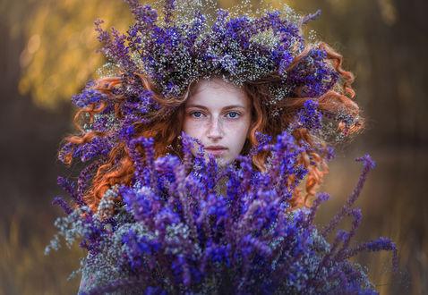 Фото Девушка в венке из полевых цветов и с букетом в руках, фотограф Ратушнова-Осинцева Арина