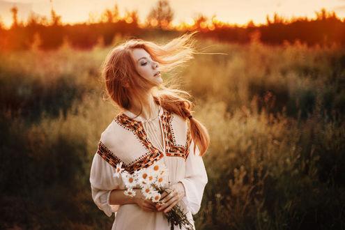 Фото Девушка с ромашками в руках стоит в поле, фотограф Александр koSHARA Катаев