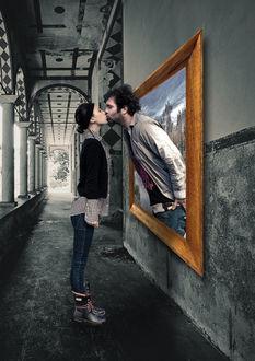 Фото Плоские зарисовки, мужчина целует девушку, высунувшись из картины, арт Сергея Сергеева