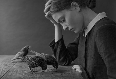 Фото Грустная девушка у стола, на котором стоят птицы, by laura-makabresku