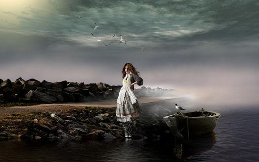 Фото Девушка стоит на берегу у причалевшейся лодки, фотограф Серега Сергеев