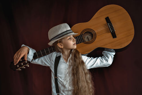 Фото Девочка с длинными волосами в шляпе с гитарой за спиной, by AlexeyAsoskov