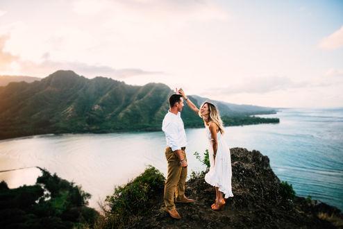 Фото Парень с девушкой стоят на фоне природы