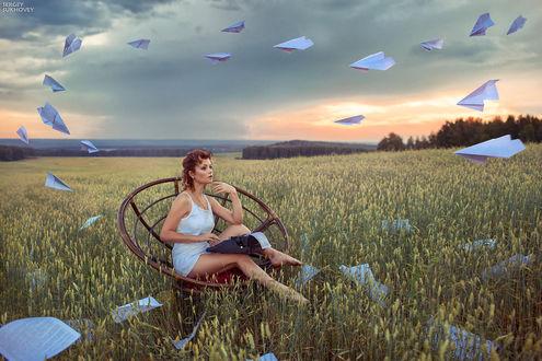 Фото Девушка сидит в поле за пишущей машинкой, в небе летают бумажные самолетики, работа Вдохновение фотографа Sergey Sukhovey / Сергея Суховея